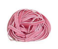 tagliatelle italiane della pasta colorate isolate su fondo bianco foto