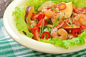 insalata di gamberi con pesche, pomodoro, avocado e lattuga