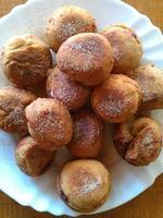 Ciambelle fresche fatte in casa con marmellata e zucchero alla cannella foto