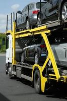 semirimorchio con auto. trasporto stradale. foto