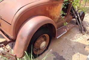 vecchia coupé arrugginita