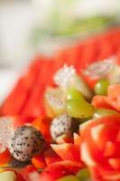 frutta assortita, apparecchiato per la cena di nozze foto