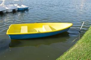 barca a remi gialla foto