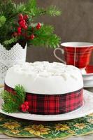 tradizionale torta di frutta natalizia con frutta candita e frutta. foto
