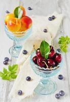 ciliegie e albicocche foto