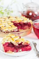 torta di ciliegie con una tazza di tè karkade foto
