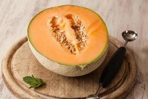 melone mezzo sul tagliere di legno