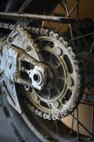 catena da moto fangosa foto