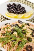 piatto di pasta con pomodoro e olive