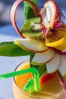 primo piano della bevanda con anguria e frutta fresca foto