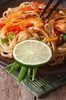 deliziosi spaghetti di riso con gamberi e verdure verticali