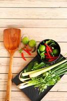 erbe e spezie tailandesi della minestra dell'igname di tom. foto