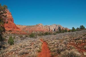sentiero escursionistico sterrato rosso a sedona, in arizona foto