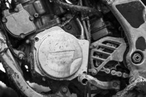 frammento monocromatico del primo piano del motore della bici di motocross di sport foto