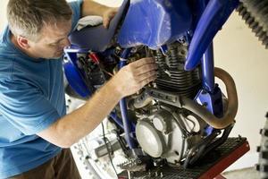meccanico motociclista al lavoro foto