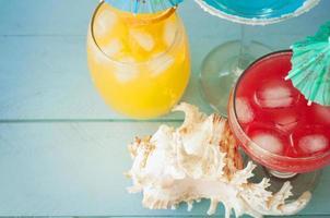 cocktail sul tavolo di legno blu foto