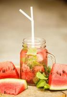 acqua disintossicante con anguria e menta foto