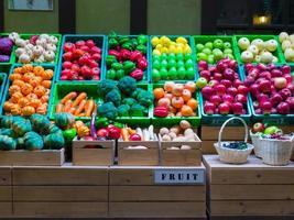 la frutta e la verdura in plastica sono colorate foto