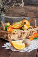 frutta sul tavolo foto