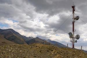 cima delle montagne della torre di telecomunicazioni foto