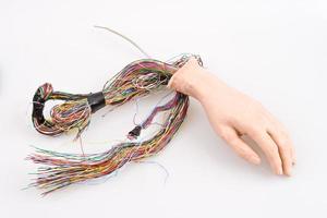 mano androide con fili sporgenti, sfondo isolato foto