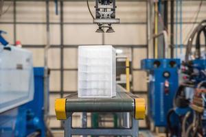 robot industriale che lavora in fabbrica foto