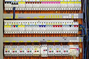 pannello di controllo con contatori di energia statica e interruttori automatici (fusibile) foto