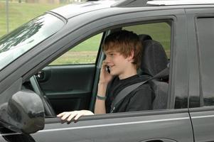 autista adolescente con un telefono cellulare foto