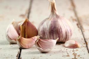 bulbi di aglio e chiodi di garofano sul tavolo di legno foto