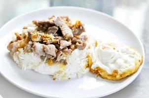 carne di maiale affettata fritta con aglio