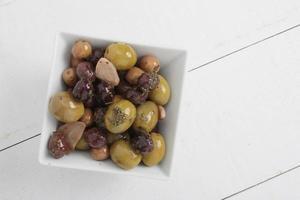 olive miste nel piatto foto