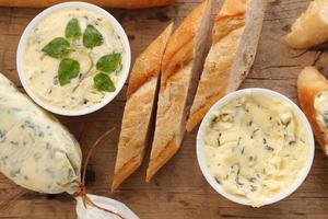 composto di pane all'aglio burro erba baguette timo rosmarino coriandolo origano foto