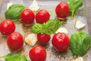 pomodorini con basilico e aglio foto