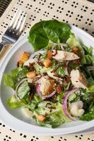 ciotola di insalata caesar posizionata foto