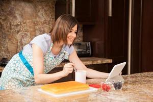 leggendo una ricetta per torte online