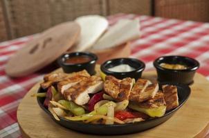 pollo e verdure mescolate fritte per fajitas foto