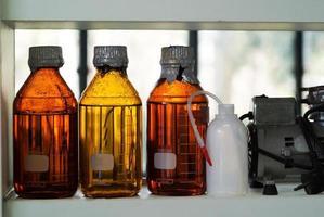 bottiglia chimica nella stanza della scienza foto