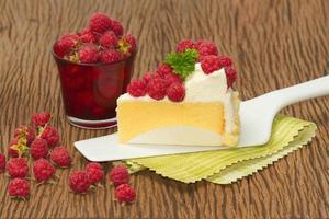 Cheesecake ai lamponi con lamponi freschi foto