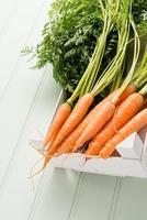 carote sul tavolo di legno foto