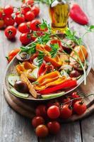 verdure grigliate sul tavolo di legno foto