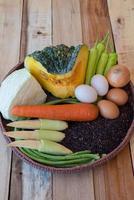 cibo pulito, set di verdure, sul tavolo di legno