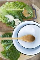 ciotola e cucchiaio di legno foto