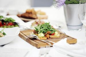 deliziosa insalata ad un banchetto foto