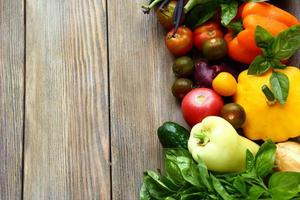 verdure fresche su un tavolo di legno foto