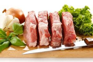 carne di maiale cruda fresca sul tagliere foto
