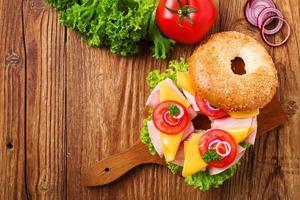 sandwich di tacchino sano su un bagel foto