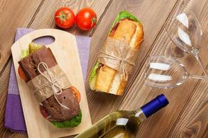 due panini e vino bianco foto