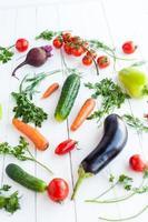 varie verdure crude sulla tavola di legno, fuoco selettivo