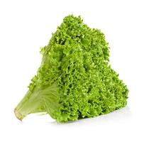 lattuga verde isolata su fondo bianco foto