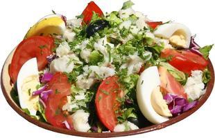 insalata fresca condita con verdure, uova, pomodori ed erbe.